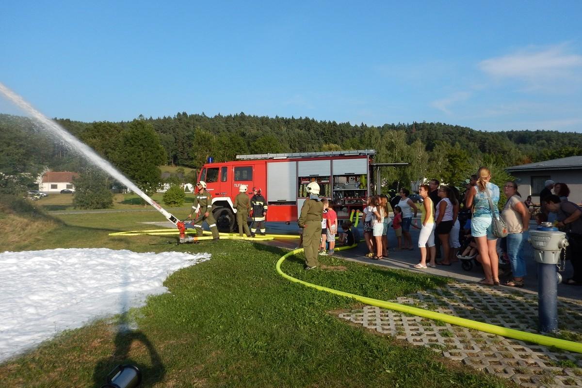 Die Geräte und Fahrzeuge der Feuerwehr kennenlernen