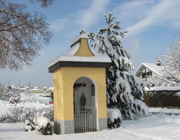 Schneebedeckte Kapelle in Ollersdorf im Burgenland